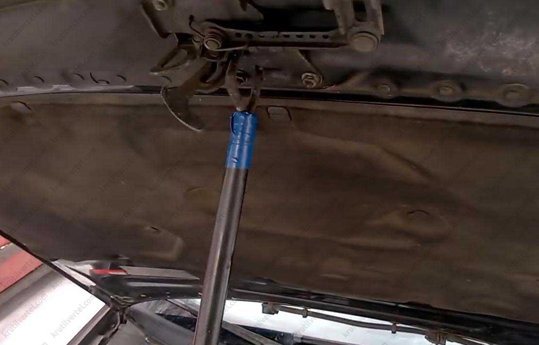 замена газового упора капота Audi а6 в картинках